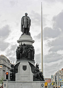 Il monumento a O'Connell nell'omonima strada di Dublino.